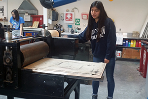 Whitman students from the FGWC Club and Club Latinx assisted at a printmaking class at the Fouts Center for the Visual Arts on the campus of Whitman College.